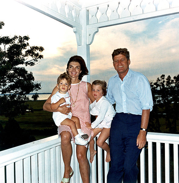 586px-JFK_and_family_in_Hyannis_Port_04_August_1962 La custodia planetaria y otras cuestiones en la carta de J.F. Kennedy
